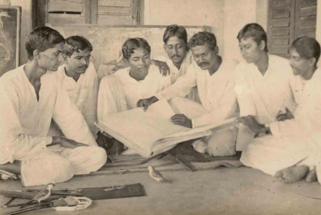 Nandalal Bose with his students at Kala Bhavana