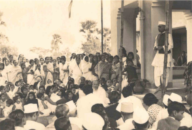Pandit Nehru addresses a gathering in Santiniketan: 1934